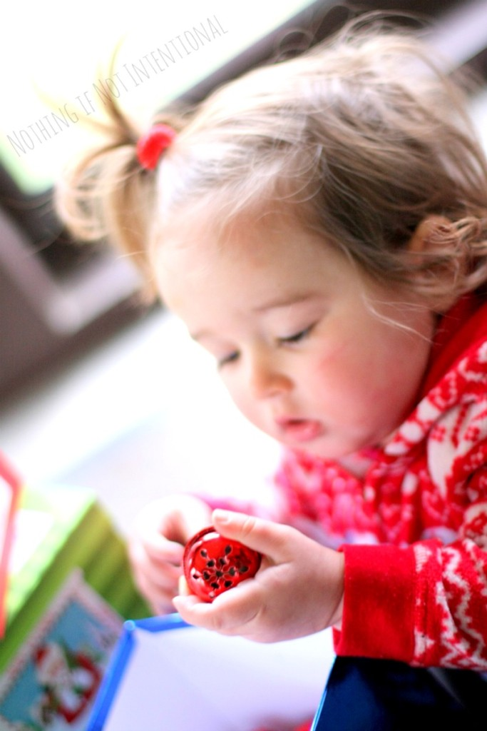 Christmas discovery boxes--simple and FREE Christmas play ideas for little ones.